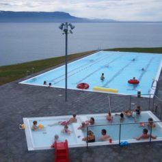 Verwarmd buitenzwembad bij Hofsós met uitzicht over het fjord